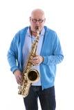 Середина постарела игры человека саксофон тенора против белой студии b Стоковые Фотографии RF