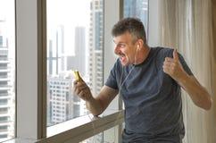 Середина постарела музыка человека слушая с головными телефонами Стоковое Изображение RF