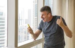 Середина постарела музыка человека слушая с головными телефонами Стоковые Фотографии RF