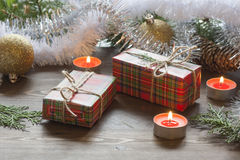 Середина, плодоовощи и сусаль украшения Нового Года giftsChristmas рождества в свете горящих свечей Празднующ Новый Год стоковое фото
