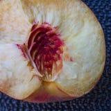 Середина сломленного персика, селективный фокус крупного плана Стоковые Фотографии RF