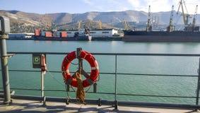 Середины помогать тонуть lifebuoy Оборудование корабля к Стоковые Фотографии RF