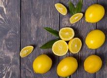 Серии больших желтых лимонов и частей, на серой поверхности Стоковые Изображения RF