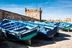 Серии голубых рыбацких лодок в порте Essaouira, Марокко Стоковые Изображения