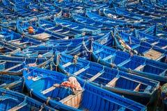 Серии голубых рыбацких лодок в порте Essaouira, Марокко Стоковое фото RF