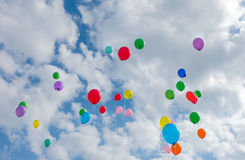 Серии красочных воздушных шаров летая на голубое небо Стоковое Изображение RF