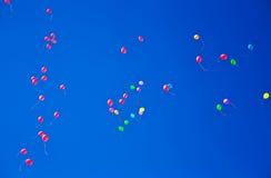 Серии красочных воздушных шаров летая на небо Стоковые Фотографии RF