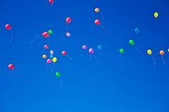 Серии красочных воздушных шаров летая на небо Стоковое Изображение RF
