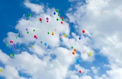 Серии красочных воздушных шаров летая на облачное небо Стоковое Фото
