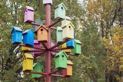 Серии красочных гнездясь коробок Много ярких покрашенных birdhouses стоковая фотография rf