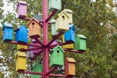 Серии красочных гнездясь коробок Много ярких покрашенных birdhouses стоковая фотография