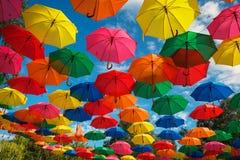 Серии красочных зонтиков в небе Стоковые Изображения