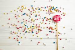 Серии красочных маленьких конфет и леденца на палочке на белом деревянном bac Стоковая Фотография RF