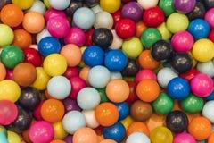 Серии красочных шариков в спортивной площадке детей стоковая фотография