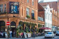 Серии людей, туристов и лондонцев идя через квадрат Лестера, Лондон Великобританию стоковая фотография rf