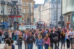 Серии людей, туристов и лондонцев идя через Лестер придают квадратную форму london Великобритания стоковое изображение