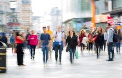 Серии людей, туристов и лондонцев идя через Лестер придают квадратную форму london Великобритания стоковая фотография