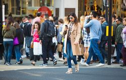 Серии людей, туристы, покупатели лондонцев пересекая правящую улицу Заселенная концепция города london Великобритания стоковое изображение rf