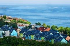 Серии маленьких красочных домов около моря с голубыми морем и горизонтом Стоковое фото RF