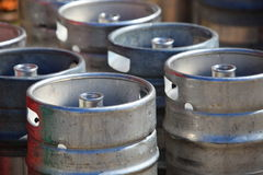 Серии металла barrels на фабрике пива Стоковое Изображение