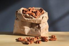 Серии пеканов в бумажной сумке стоковое изображение rf
