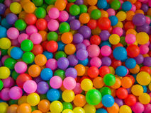 Серии покрашенных шариков в бассейне шарика спортивной площадки Стоковое Изображение
