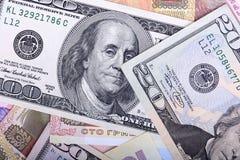 Серии примечаний доллара аранжировали в хаотическом образе, предпосылке Стоковые Изображения RF