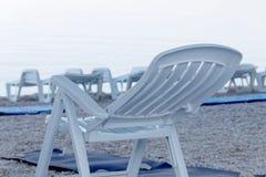 Серии пустых шезлонга и одеял на пляже Стоковые Изображения