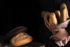Серии различных видов хлеба, обернутые в бумаге ремесла Стоковая Фотография RF