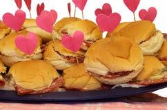 серии сандвичей с в форме сердц флагом на вечеринке по случаю дня рождения Стоковое Фото