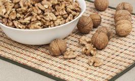 Серии свежих грецких орехов в белой плите стоковое изображение