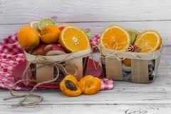 Серии свежих фруктов, отрезка на деревянной предпосылке, питье, здоровой еде Стоковая Фотография RF