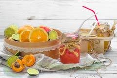 Серии свежих фруктов, отрезка на деревянной предпосылке, питье, здоровой еде Стоковое Изображение RF