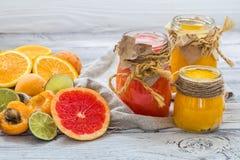 Серии свежих фруктов, отрезка на деревянной предпосылке, питье, здоровой еде Стоковое Изображение