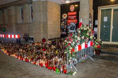 Серии свечей на входе к городской ратуше Гданьск вечером Свечи для коммеморативного Pawel стоковая фотография