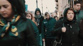 Серии людей идя на улицу города на clody холодный день акции видеоматериалы