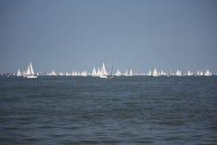 Серии яхт плавая в начале круга остров участвуют в гонке 2014 Стоковые Изображения RF
