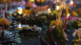 Серии krathongs плавая на воду Празднующ традиционный тайский праздник - Loy Krathong акции видеоматериалы