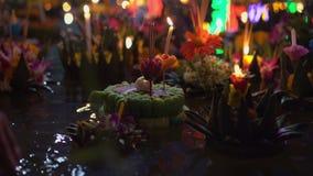 Серии krathongs плавая на воду Празднующ традиционный тайский праздник - Loy Krathong видеоматериал