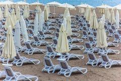 Серии loungers солнца на пляже Стоковое фото RF