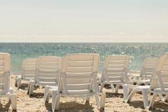 Серии loungers солнца на пляже около моря Стоковое фото RF