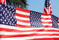 Серия американских флагов с голубым небом стоковые фотографии rf