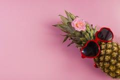 Серия ананаса с солнечными очками на желтой голубой и розовой предпосылке стоковая фотография rf