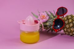Серия ананаса с солнечными очками на желтой голубой и розовой предпосылке стоковая фотография