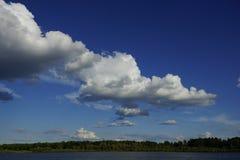 Серия белых облаков кумулюса над землей Стоковое Фото