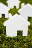 Серия белого модельного дома аранжированного на траве Стоковые Изображения RF