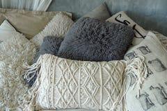 Серия белых и серых подушек для ослаблять Стоковые Фото