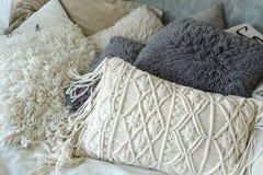 Серия белых и серых подушек для ослаблять Стоковое фото RF