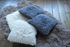 Серия белых и серых подушек для ослаблять Стоковая Фотография RF
