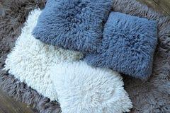 Серия белых и серых подушек для ослаблять Стоковая Фотография